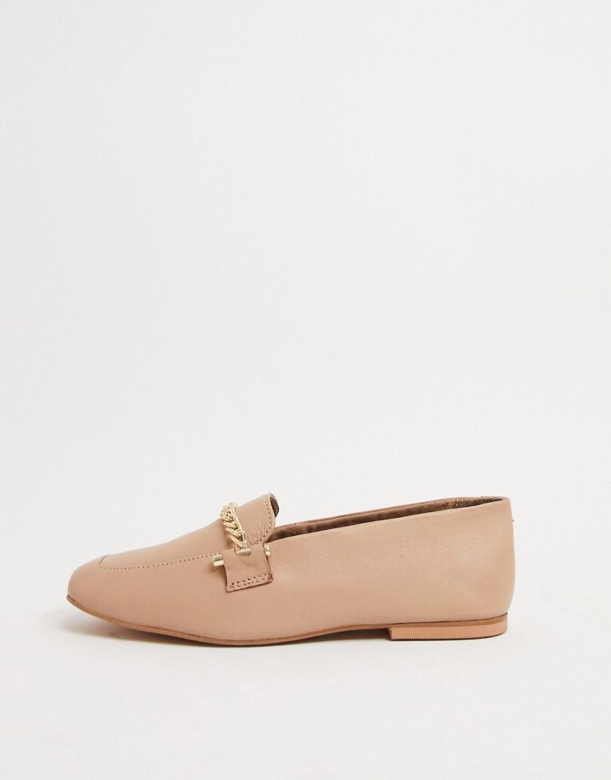 asos design -  – Minute – Loafer aus Leder in Camel mit Kettendesign-Beige