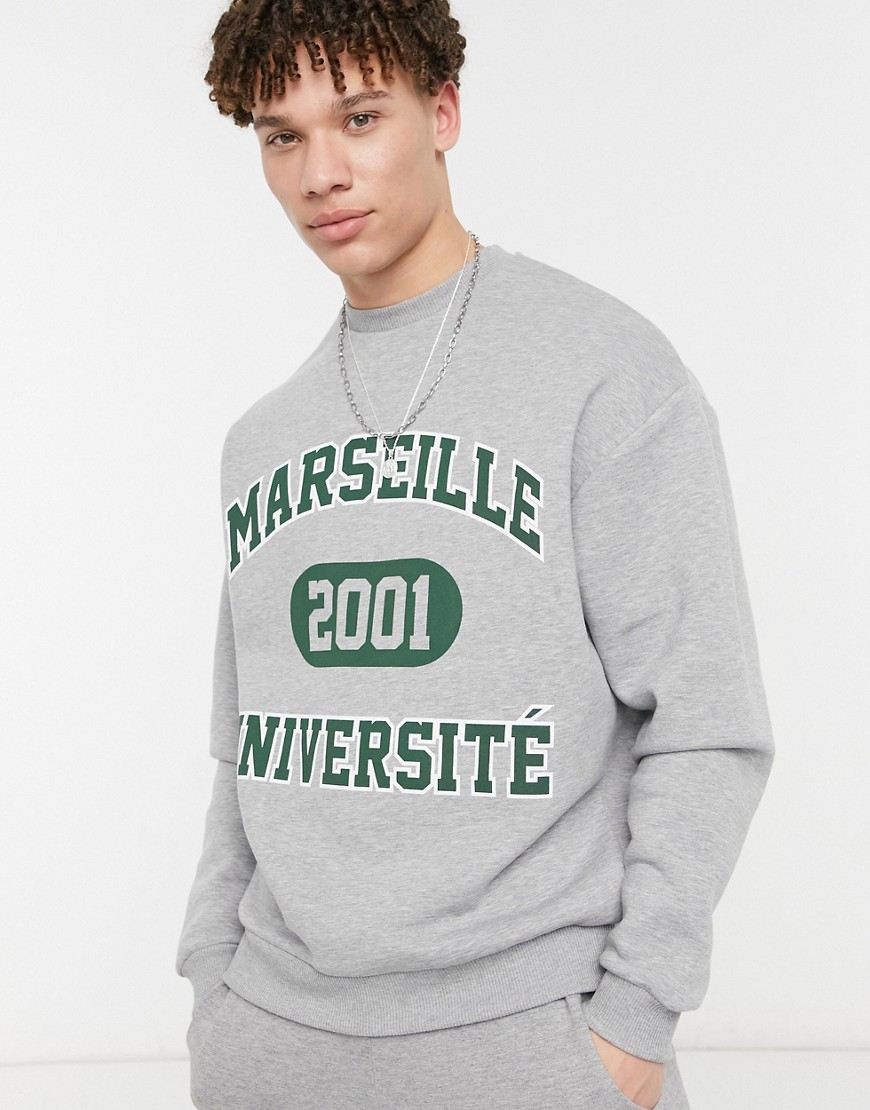 ASOS DESIGN - Oversized sweatshirt med college-byprint i grå