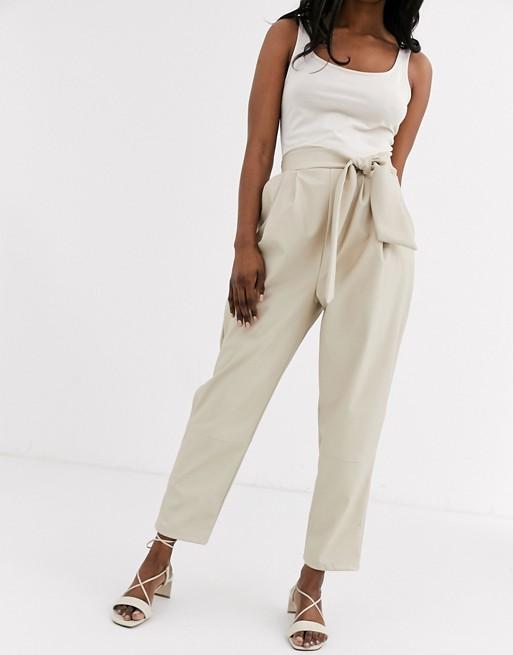 ASOS DESIGN - Pantalon en similicuir avec taille torsadée Pantalons et leggings femme