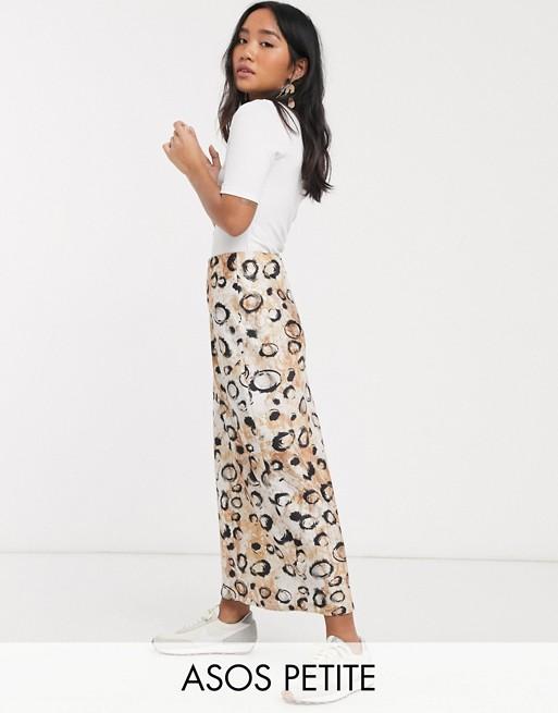 ASOS DESIGN Petite - Jupe mi-longue en satin coupée en biais imprimé léopard tacheté Jupes pour femmes
