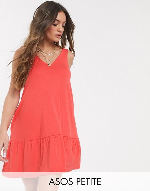 ASOS DESIGN Petite – Korallfärgade solklänning i minimodell med dold ficka och panelsydd kant