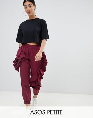 ASOS DESIGN Petite - Pantalon de jogging à volants - Bordeaux