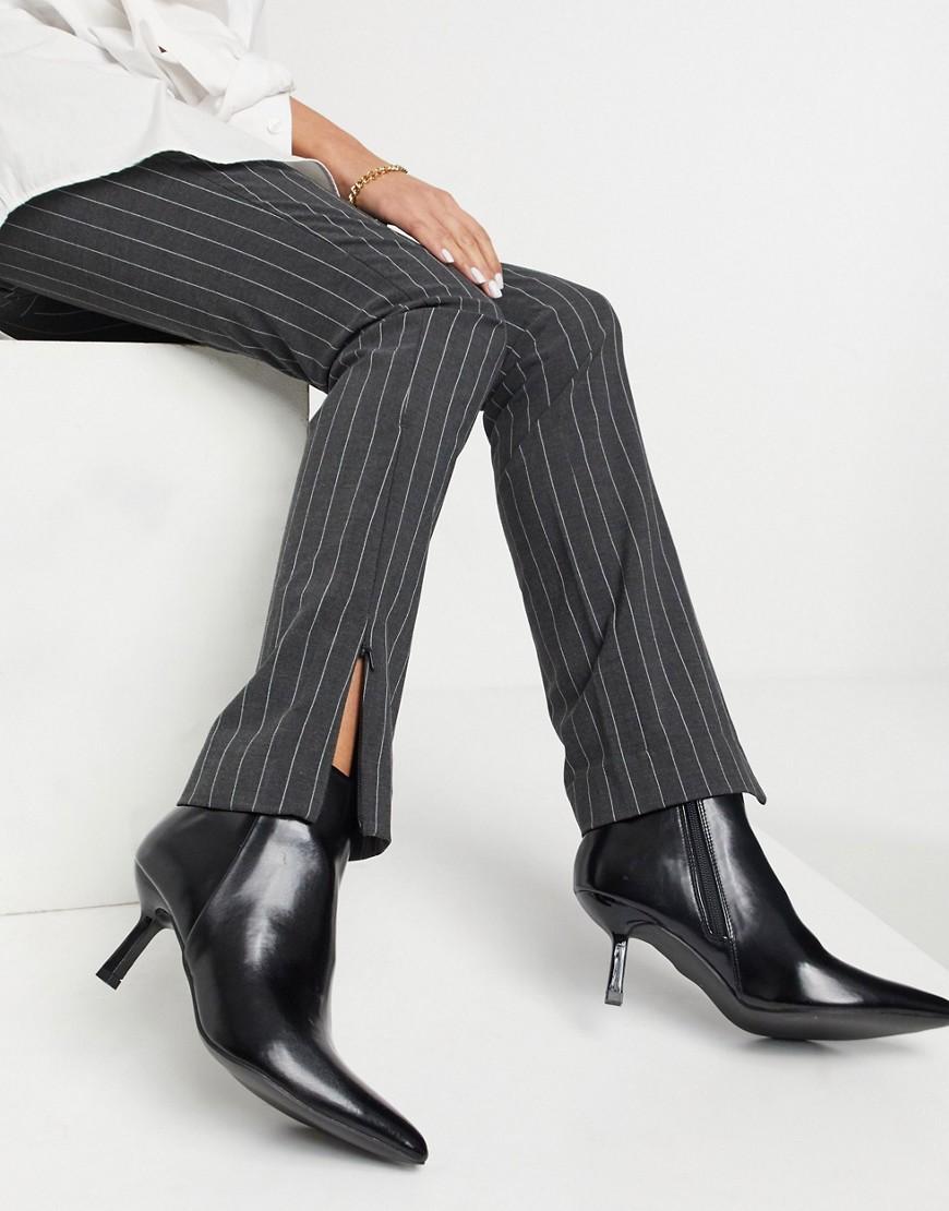 ASOS DESIGN - Reunite - Spidse, sorte støvler med statement-hæl