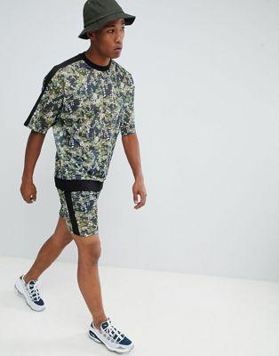 ASOS DESIGN - Survêtement oversize avec sweat-shirt et short ajusté en tulle à imprimé camouflage numérique et bande sur le côté