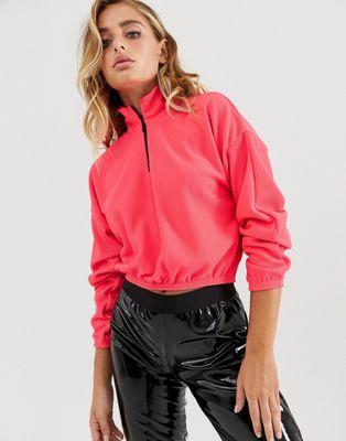 Image 1 sur ASOS DESIGN - Sweat-shirt côtelé avec col à fermeture éclair - Rose fluo