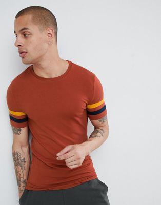 ASOS Design - T-shirt met contrasterend gestreepte mouwen in roestbruin