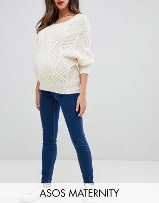 ASOS DESIGN ‒ Umstandsmode – Ridley – Enge Jeans mit hoher Taille und Bund unter dem Babybauch in verwaschenem Blau mit
