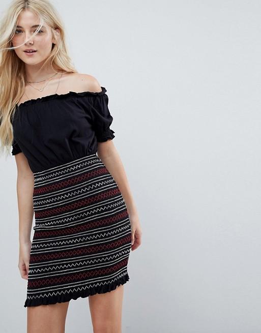 Bild 1 av ASOS – Solklänning med bara axlar och smockad, broderad panel på kjolen