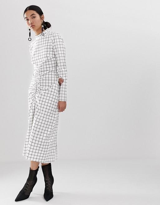 ASOS WHITE – Sukienka w kratkę z ozdobnym marszczeniem na przodzie 8754219