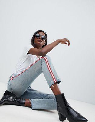 Blank NYC – Kurz und gerade geschnittene Festival-Jeans mit kontrastierenden Streifen