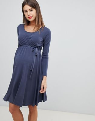 Bluebelle Maternity – Langärmliges Midikleid mit Wickeldesign vorn in Blau