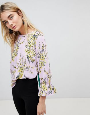 Blusa con manga acampanada y estampado floral de Warehouse