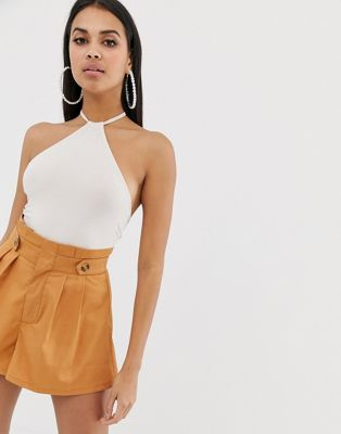 Body con cuello halter sexy en color almendra de ASOS DESIGN