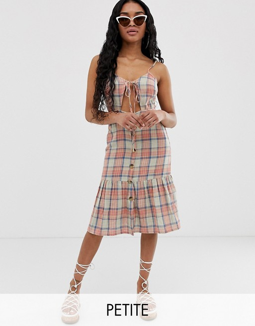Boohoo – Petite – Sukienka midi w różową kratkę z ozdobnym wiązaniem