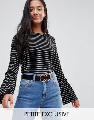 Boohoo Petite - T-shirt rayé à manches cloche