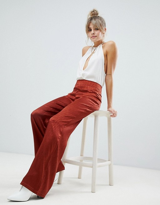 Boohoo – Rude spodnie z szerokimi nogawkami z satyny z teksturą