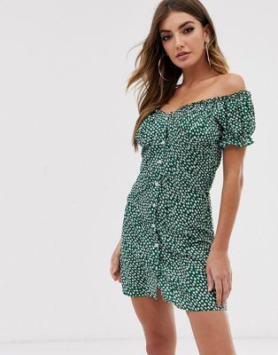 Boohoo – Zielona skaterska sukienka z odsłoniętymi ramionami w drobny kwiatowy wzór