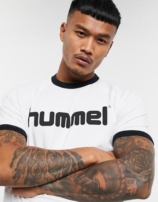 Camiseta blanca con ribetes y estampado en el pecho Hive de Hummel