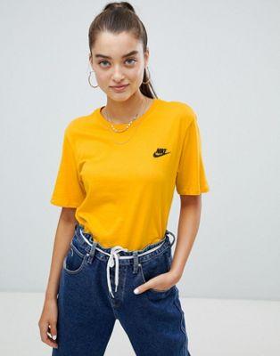 Camiseta con cuello redondo y logo en amarillo de Nike