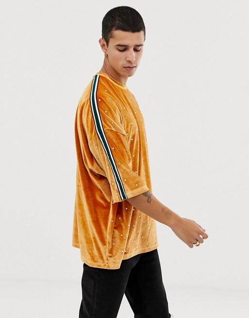 Imagen 1 de Camiseta larga extragrande con media manga en velour con pedrería de adorno y cinta de ASOS DESIGN