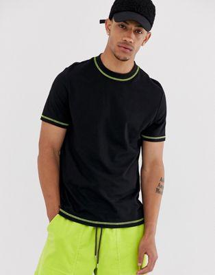 Imagen 1 de Camiseta negra de cuello redondo con pespuntes en amarillo neón en tejido orgánico de ASOS DESIGN