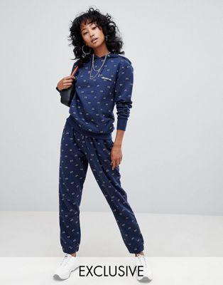 Chándal con pantalones cortos con estampado de logo gráfico en toda la prenda de Ellesse