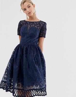 Chi Chi London - Vestito premium in pizzo blu navy con cut-out maniche ad aletta