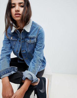 Criminal Damage - Giacca di jeans con colletto in montone sintetico