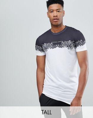 Criminal Damage - T-shirt bianca con stampa barocca - In esclusiva per ASOS