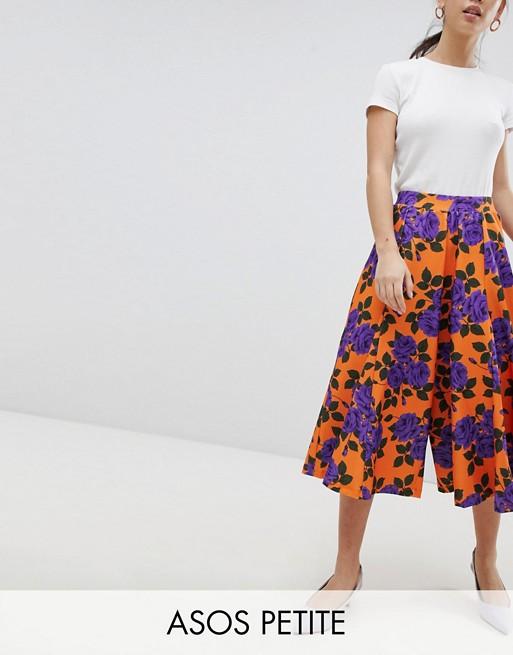 Culottes med flagrende kant og vide ben i blomstret orange print fra ASOS Petite