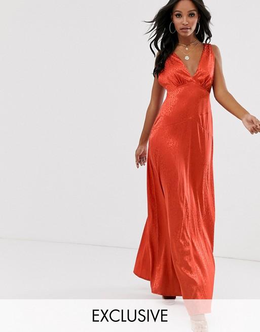 Flounce London – Minimalistyczna satynowa sukienka maxi w rdzawym kolorze