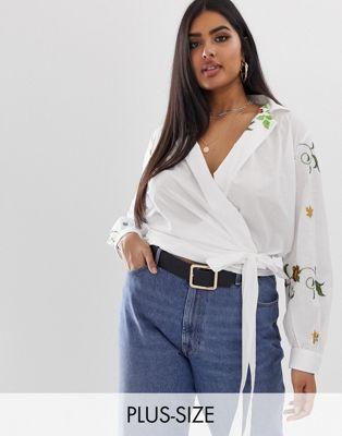 Bild 1 av Glamorous – Curve – Skjorta med knytning fram och diskret blombroderi