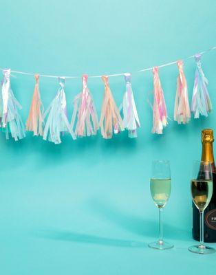 Guirnalda de fiesta con detalle de borlas tornasoladas de Ginger Ray