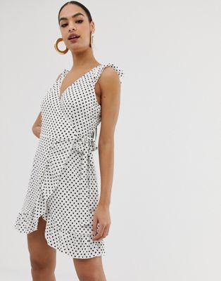 In The Style – Gepunktetes Wickelkleid mit Rüschen