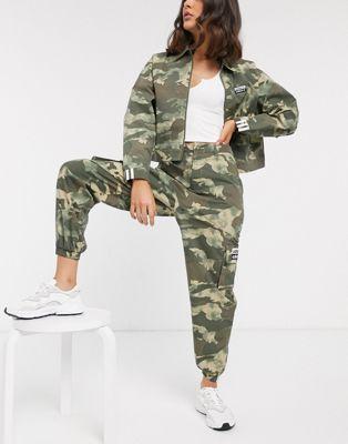 Камуфляжные брюки карго с завышенной талией adidas Originals RYV
