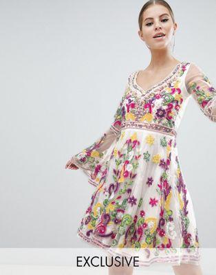 Изображение 1 из Короткое приталенное платье с расклешенными рукавами и разноцветной отделкой A Star is Born