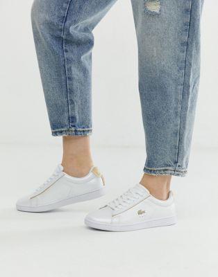 Lacoste – Carnaby Evo 118 – Weiße Sneaker mit goldfarbener Verzierung