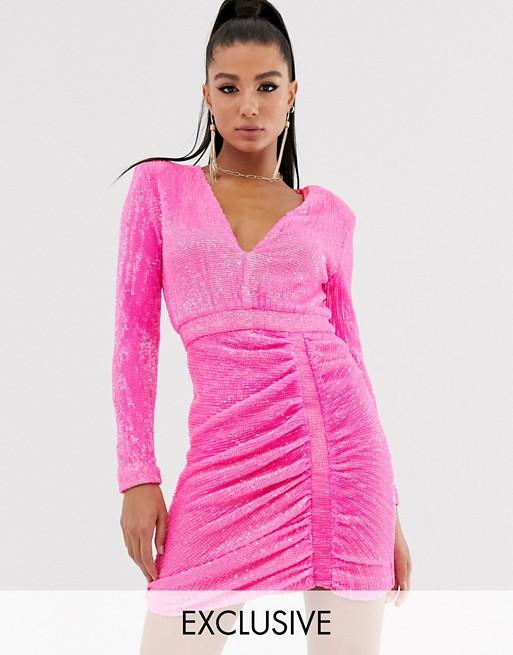 Lavish Alice — Neonowo-różowa sukienka mini z drapowaniem i cekinami
