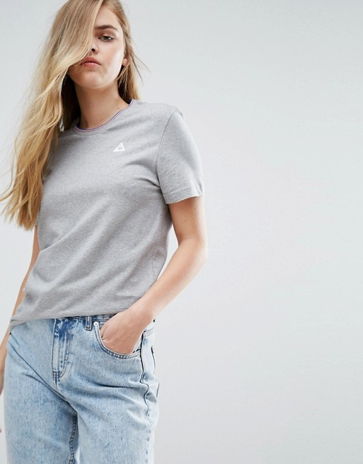 Le Coq Sportif – T-shirt i boyfriend-modell med trefärgad krage