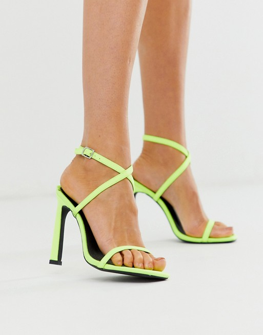 London Rebel – Riemchensandalen mit Absatz in Neonfarbe