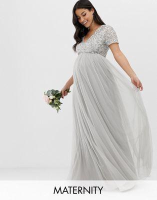 Maya Maternity – Bridesmaid – Maxi-Tüllkleid mit V-Ausschnitt und farblich passenden, feinen Pailletten in Sanftgrau