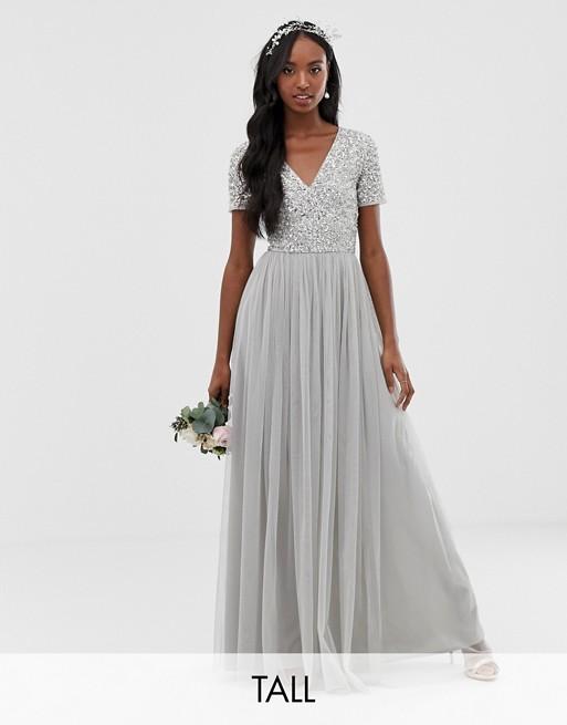 Maya Tall – Brudtärna – Silverfärgad v-ringad maxiklänning med tonade paljetter och tyllkjol