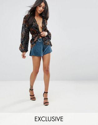 Minishorts de terciopelo con detalle de cinturón metálico de Lioness