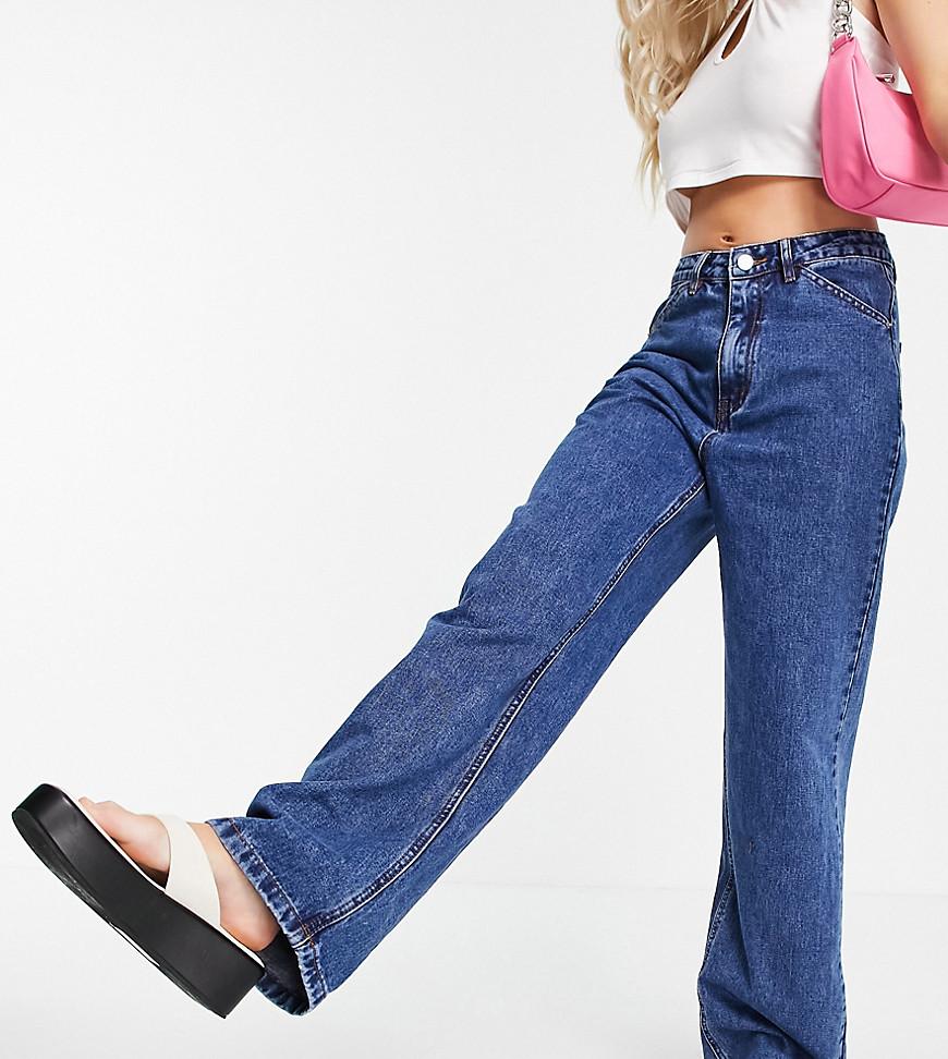 Missguided Petite - Højtaljede jeans med parallelle ben i mellemblå