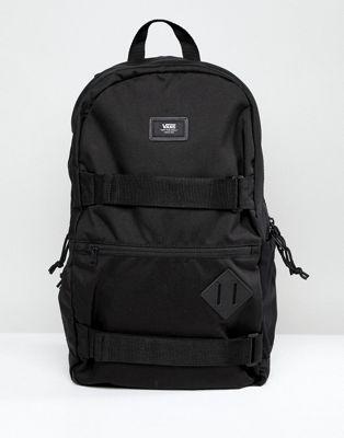 Modelo en negro VA2WNVS6C III Skatepack de Vans Authentic