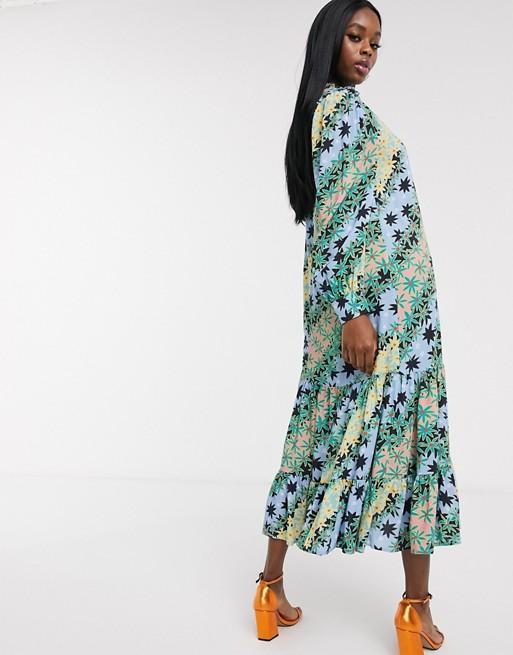 Never Fully Dressed – Zielona trapezowa sukienka midaxi z plisowanym dołem w kontrastowy wzór apaszkowy