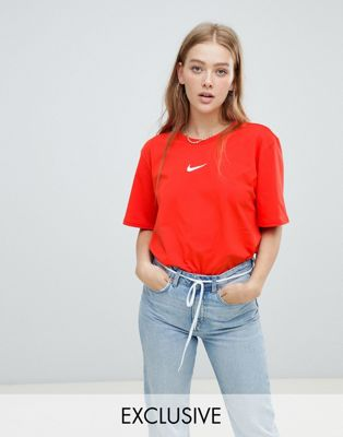 Nike - Swoosh Pack - T-shirt coupe masculine exclusivité ASOS - Rouge