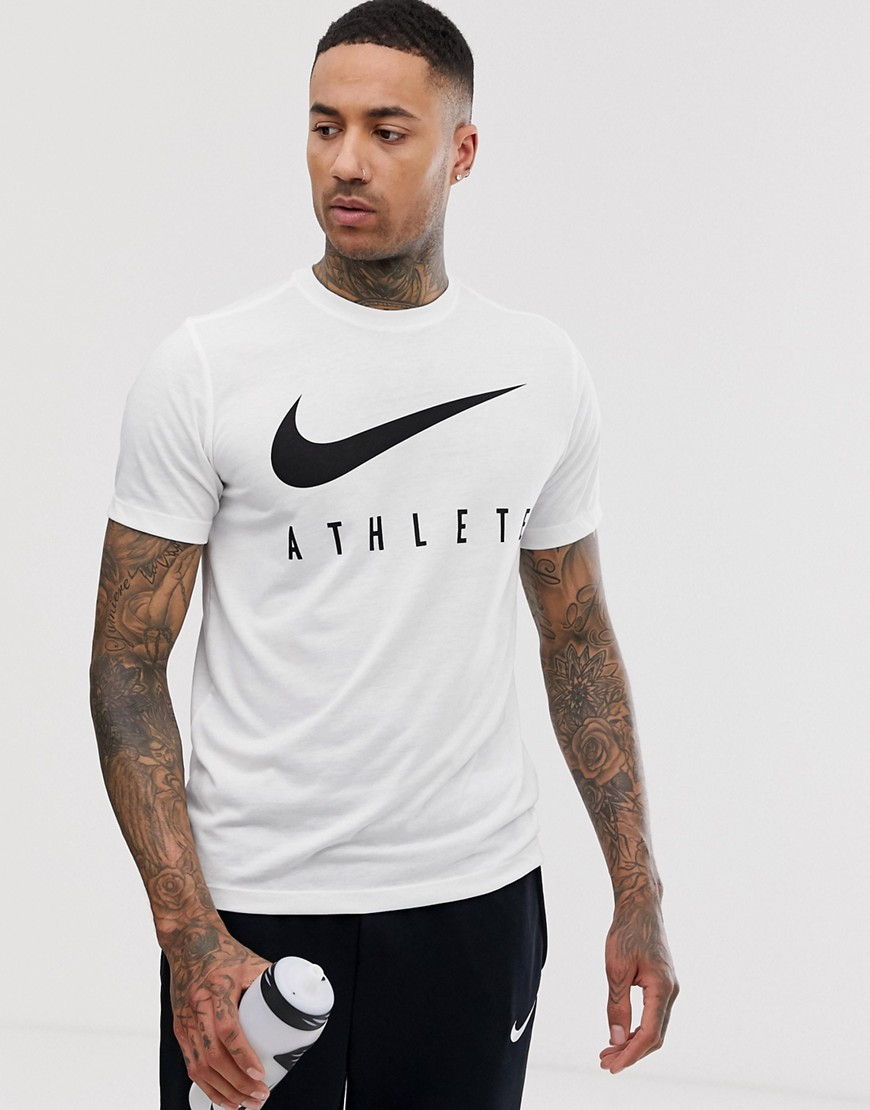 T-shirt by Nike This item is excluded from promo Crew neck Short sleeves Branded design Regular fit Just select your usual size
