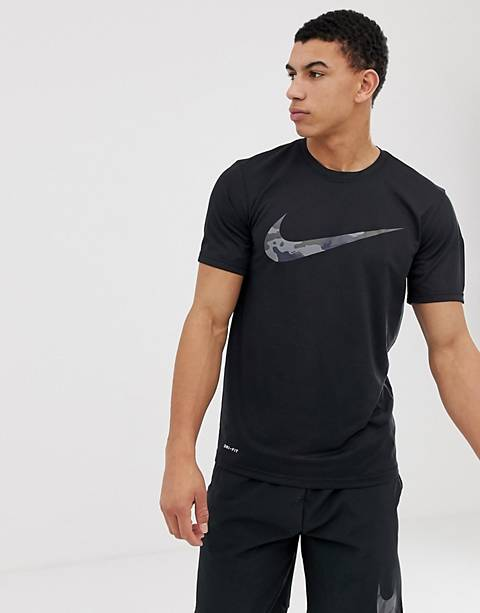 Nike Training – T-Shirt mit Swoosh-Logo in Schwarz mit Military-Muster