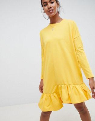 Noisy May – Asymmetrisk klänning med rynkad fåll